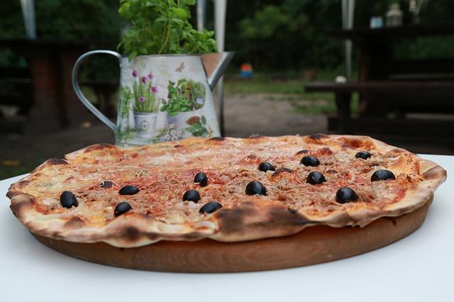 pizza de atún con aceitunas negrasn